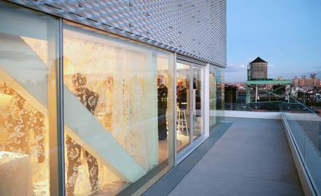 Фасадата на Музея е облечена с метална мрежа