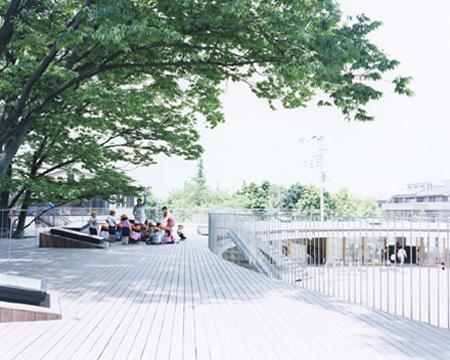 Деца играят на покрива