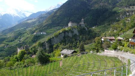 Замък край Dorf Tirol