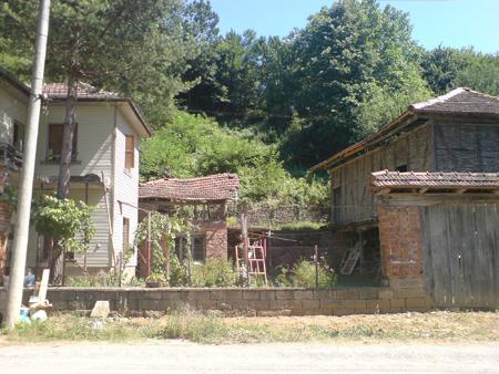 Реновираната къща и старата плевня
