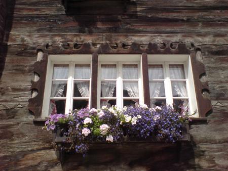 Швейцарска дървена къща с цветя