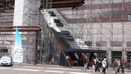 Входът към музейната част, проектиран от ОМА