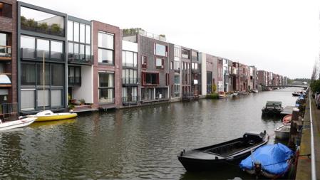 Къщите откъм канала